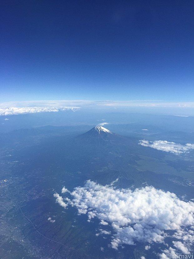 行きの機内で、右側の窓から富士山が綺麗に見えました。
