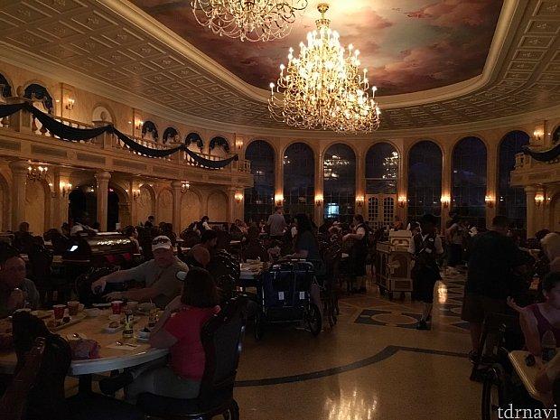 やはりボールルームの豪華さはビックリ!予約が取りやすく行列でなければもう一度行きたいレストランでした