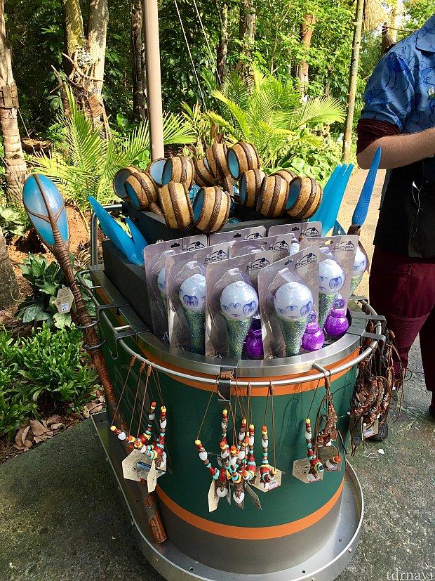パンドラにはショップの他に外のワゴンでもパンドラグッズを販売していました。