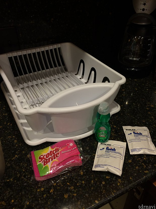 食洗機がありますが、手洗いした時用のスポンジ・洗剤・食器カゴ!白い袋は食洗機用の洗剤です。