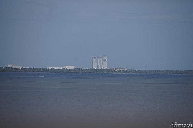 カバナスのテラス席から、遠くにNASAの建物が見えます