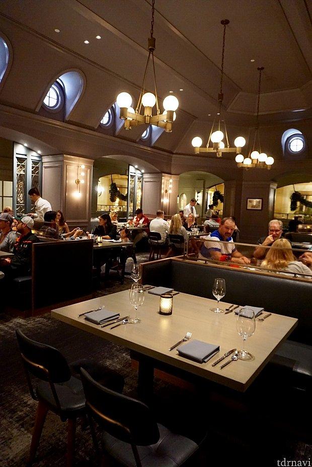 このレストランで一番気に入ったのが、テーブル間の距離が離れている事。何かと騒がしいテーブルが多くなりがちなWDWでは助かります。