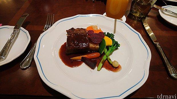 メインの慢煮牛小排配紅酒汁(Slow Cooked Beef Short-rib with Red Wine Sauce)です。
