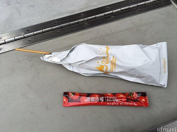 ちょっと小振りのホットドッグはグランドオープニングの袋に入っていました。トマトケチャップ付き。マスタードは無いそうです。