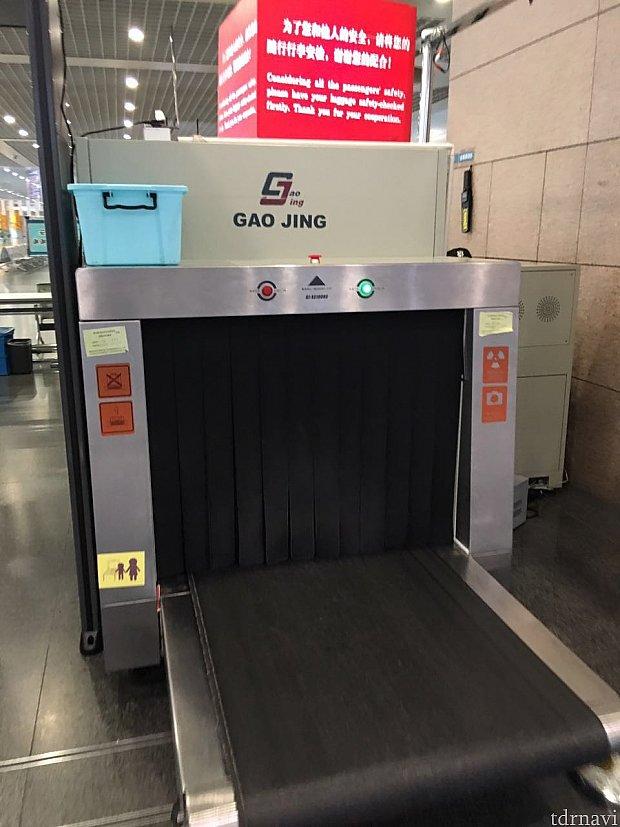 スーツケースなどの荷物はここを通します。