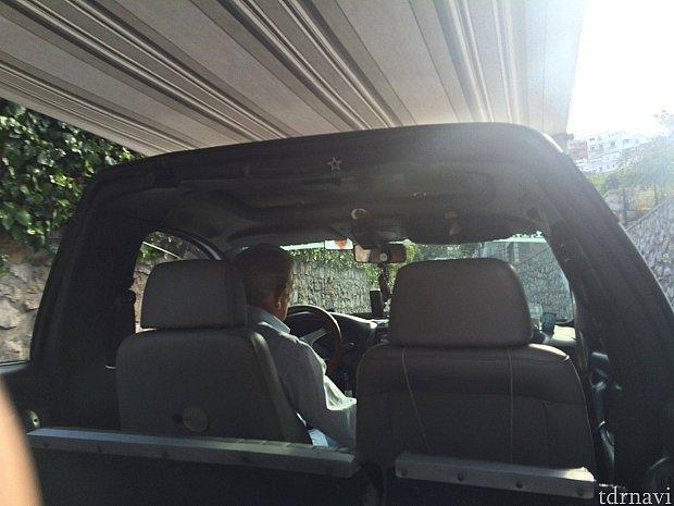 港から青の洞窟まではタクシーで移動しました