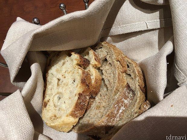 料理は暖かいパンから。左のオニオンのパンが美味しかったです