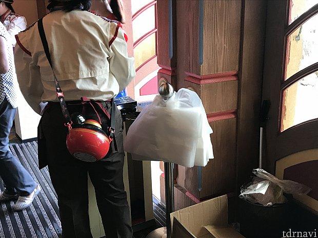傘用ビニールの他に、レインコートや折り畳み傘を入れるビニールも用意してくれてました。ありがたい!