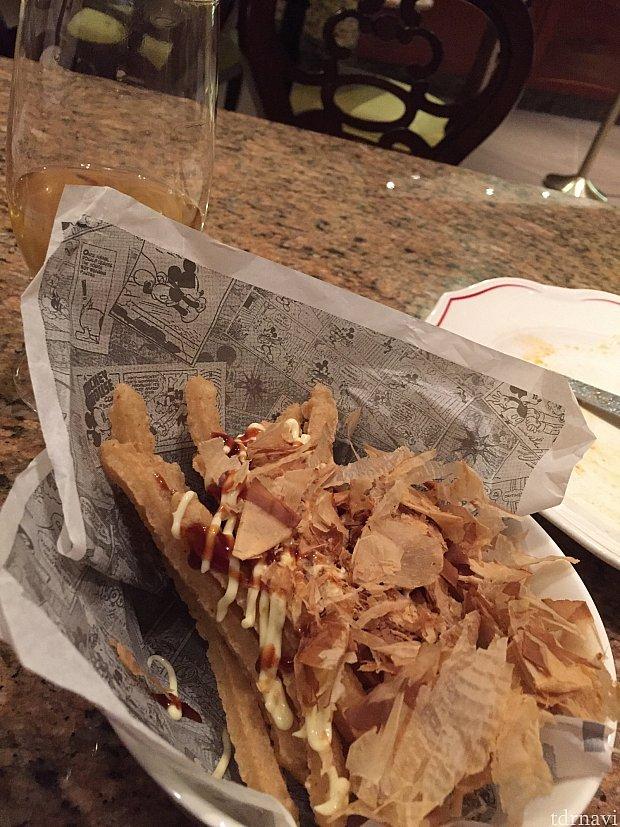 バッカスラウンジで注文したポテト。鰹節とソース、マヨネーズがかかってました。