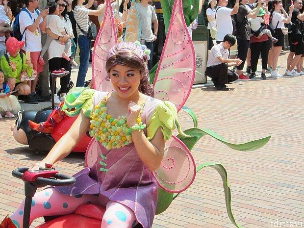 てんとう虫に色を塗るのは妖精の大事な仕事。