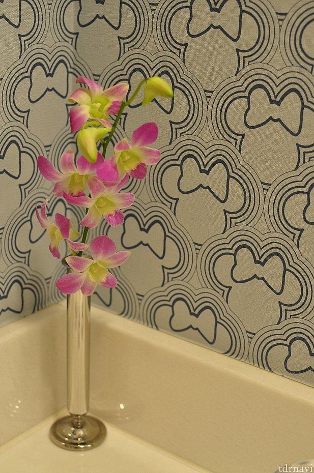 洗面所の壁にもリボンなミニーちゃん。生花が飾られていてよかった!