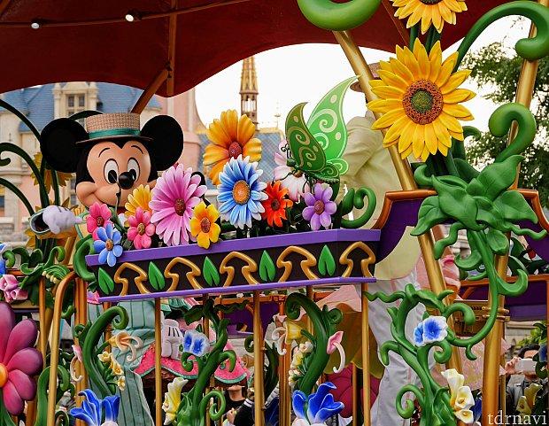 お花で飾られたフロートとミッキーが素敵❤
