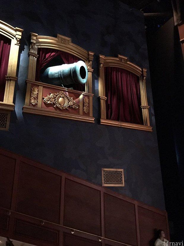 劇場の左上部に大砲が出現!