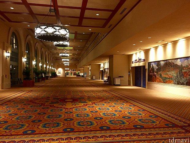 リゾート併設のコンベンションセンターはかなりの大きさで、ワイドな廊下が果てし無く続きます。コンベンション利用のビジネスマン達も多く利用するホテルと言う事です。