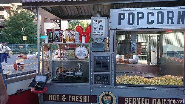 ポップコーンは出来たてをサーブするワゴンと、袋に詰めた物を販売するカートの両方があります。