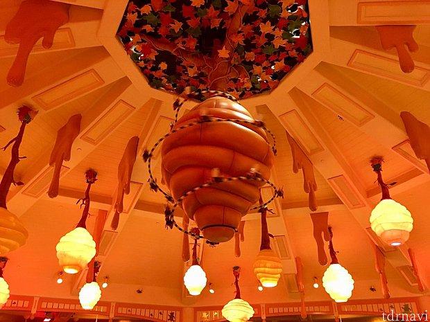 天井からぶら下がるハチの巣とハチミツ🐝
