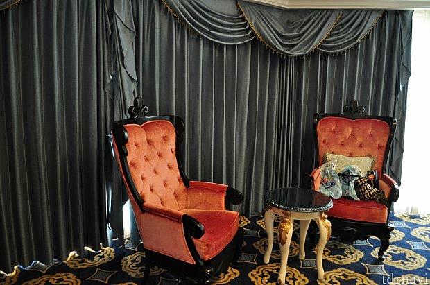 カーテンのこの色味!そして椅子もシンデレラのお城イメージでかわいらしいです。