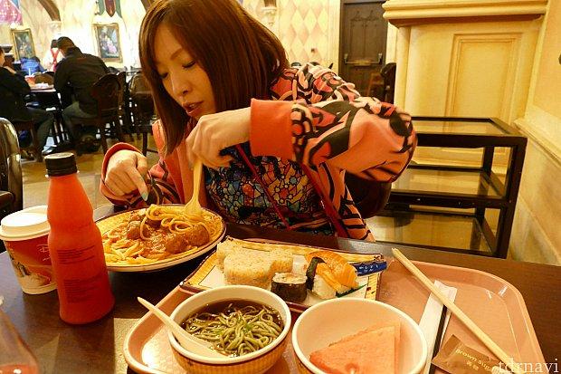 ミッキー寿司を注文した友人。ミートボールスパゲッティも「美味しい!」と感激してくれました!