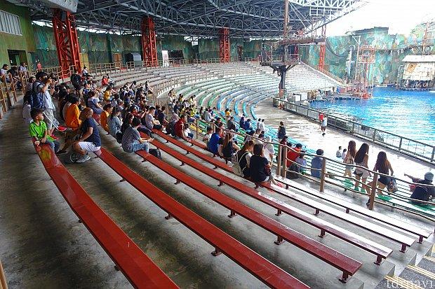 雨天の平日の17:00上演の5分前の客入りがこちら。ガラガラでした。