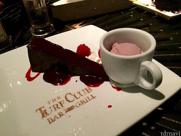 このデザートも美味しかったです!濃い〜チョコレートケーキも美味しいんですが、ポートワインのアイスクリームが最高です。