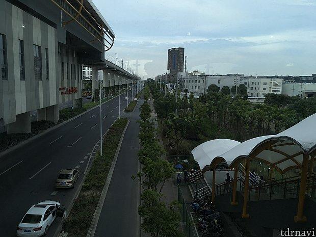駅の建物を出て左を見ると…、背の高い建物がホテルです