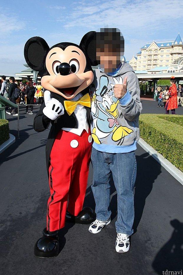 CASE1 ストロボ未発光の写真少し解り難いかもしれませんがミッキーの顔に。。。。。モザイクかけて見えませんが人の顔にも影がかかってます。