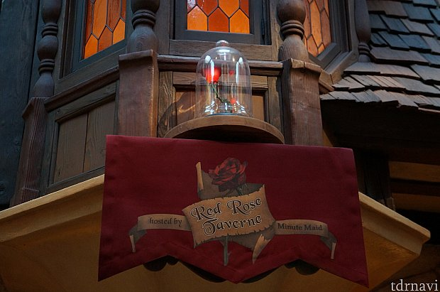 注文カウンター上の中央に魔法の薔薇が飾られています。
