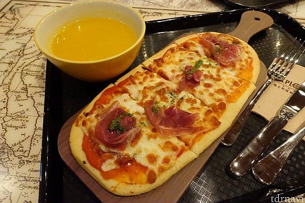 夕食で食べた「Meat Lovers」というピザとパンプキンスープ(129ドル)。ピザは焼き立てで美味しいけど、冷凍ピザ感がやや残念。