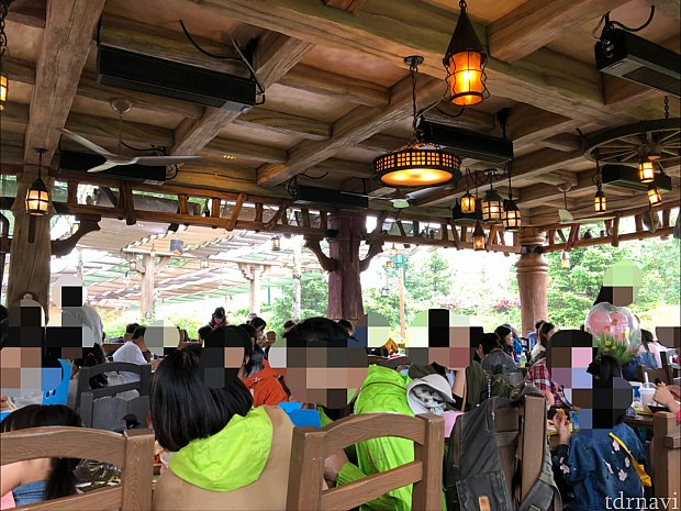 小雨が降る土曜の11:30頃。屋根の下の席は満席