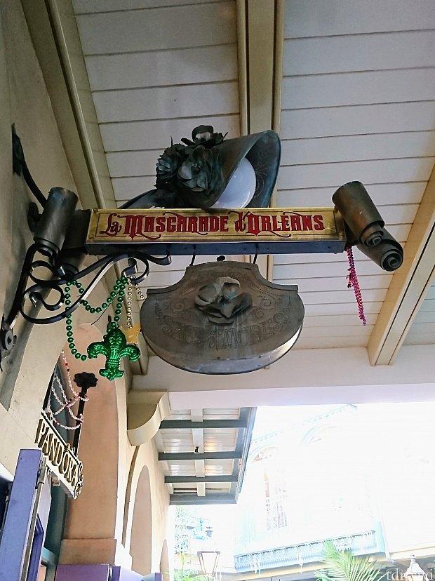 ル・マスカラード・ドーリンズの看板の上にはボンネットをかぶったライト。