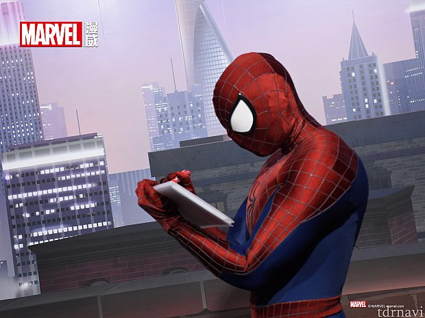 サインを書くスパイダーマン