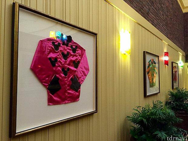 乗馬に因んだアイテムが至る所に。ミッキー柄の乗馬服も飾られていました。