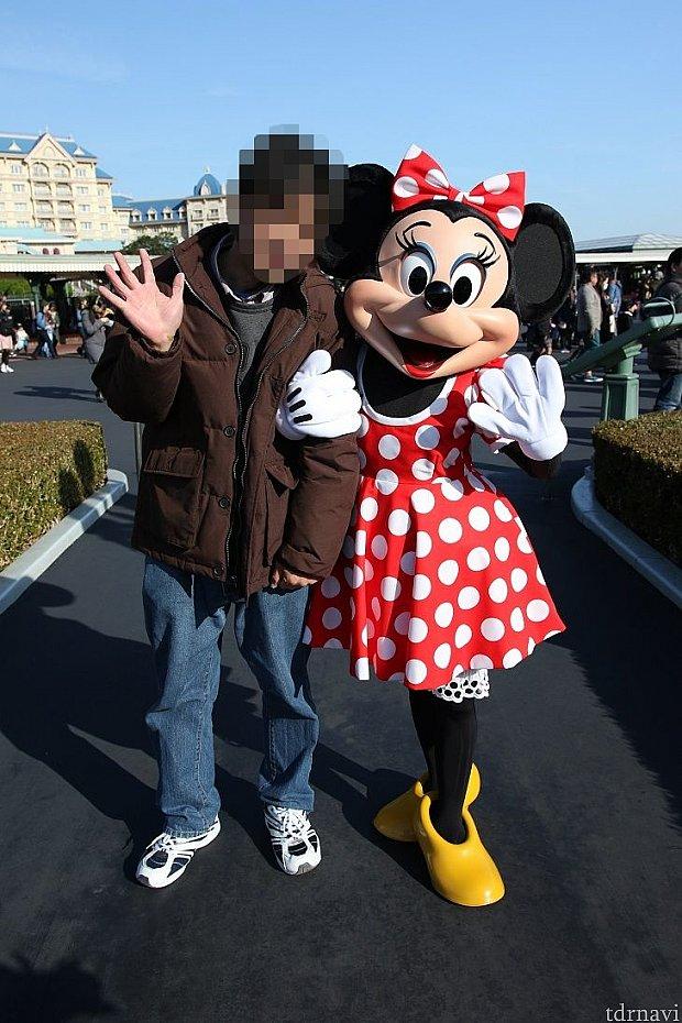 ミッキーと別の日ですがミッキーより比較が解りやすい日ですねミニーの顔にも影がかかり。。。。。。。人の顔も首の周辺から陰で見難くなっています。
