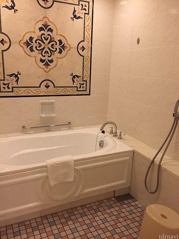 広い方のお風呂。結構広いです!