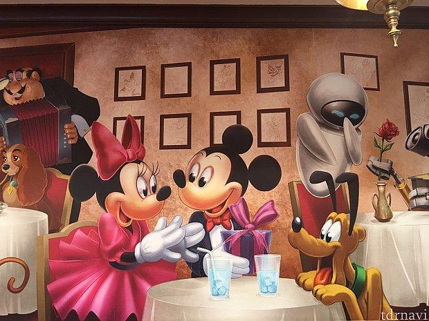 壁にはディズニーの絵画が飾ってあります。
