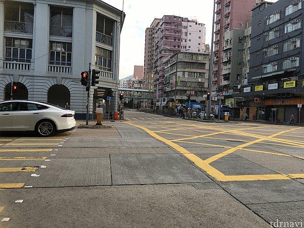 左角の建物(警察署だそうです)が見えたら右へ曲がり、200mぐらい歩くとホテルです