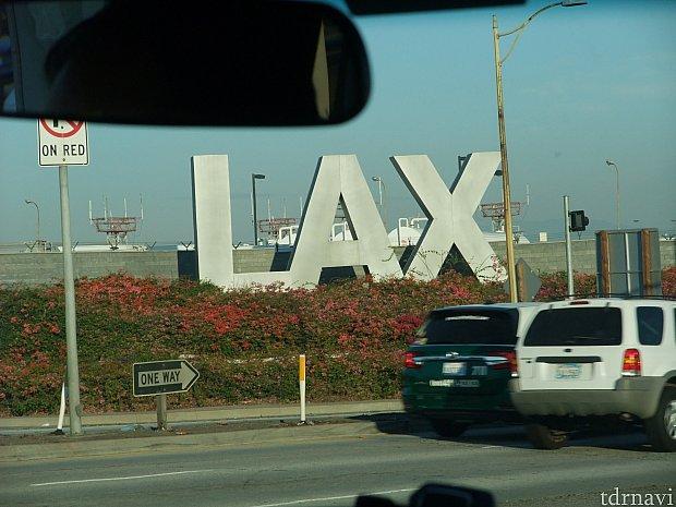 営業用の駐車券を購入しに駐車場まで行き、ターミナルへ向かう途中交差点で信号待ちをしているとLAXの看板が見えます。