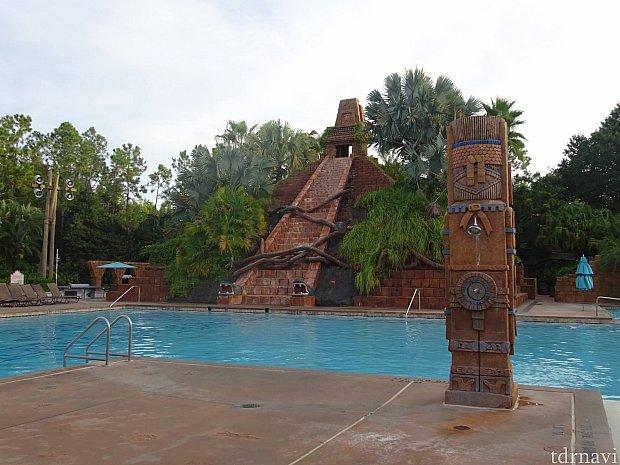 ホテルの敷地内にあるプール。ディズニーシーのインディ・ジョーンズを彷彿とさせます。