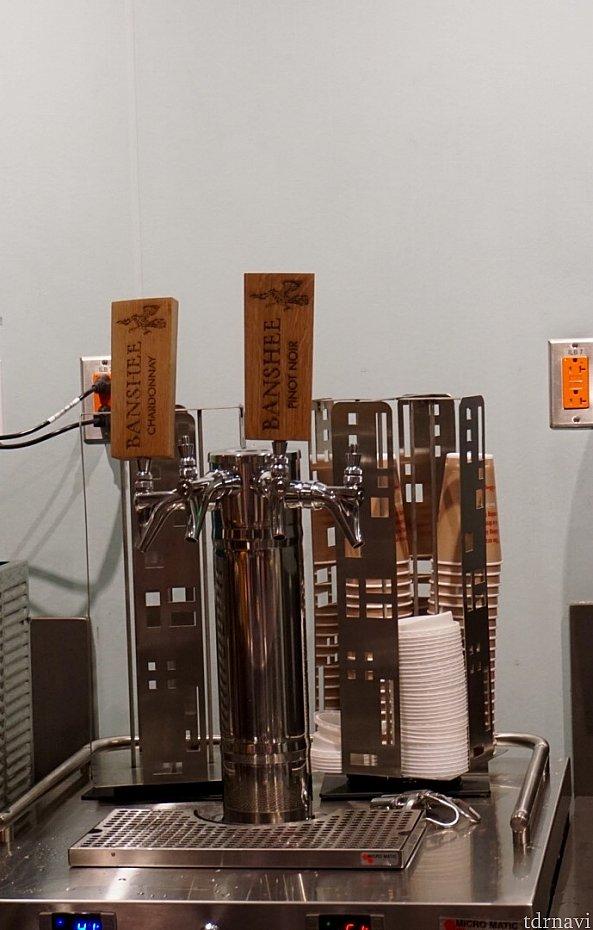 オーダーが届くまで、カウンター内を観察。「バンシー」の名のついたワインがあるんですね。
