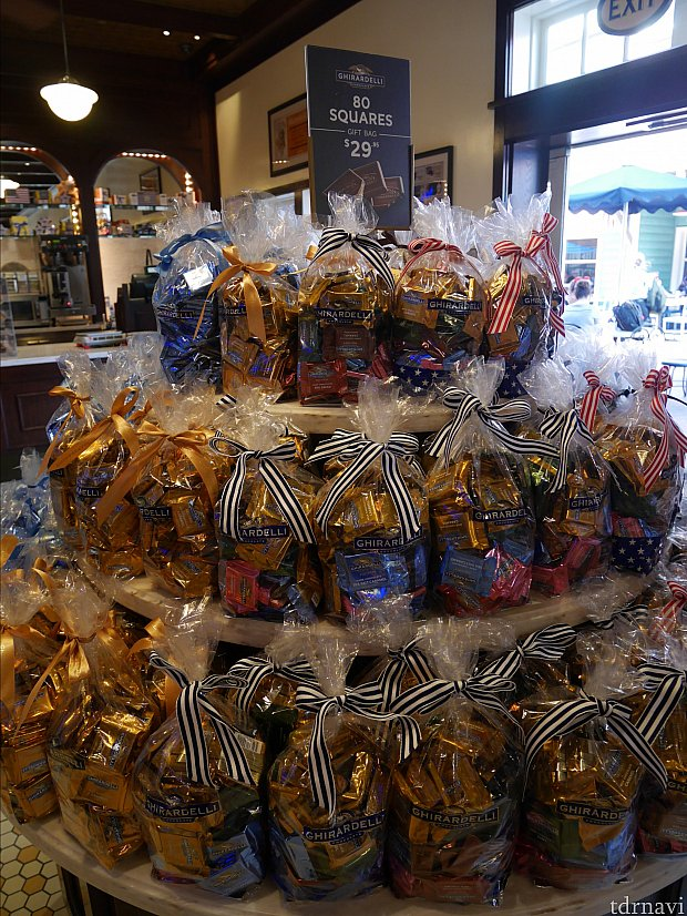 店内では沢山チョコが売ってます。バラマキお菓子に最適!