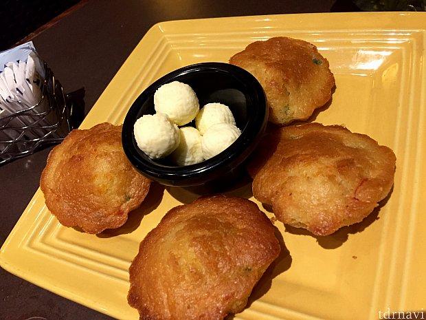ブレッドサービスが無いのか聞いたら、サーバーさんがコーンブレッドを出してくれました。日本のマドレーヌの様なコーンブレッドはチリが入っていて少しピリ辛で美味しかったです。