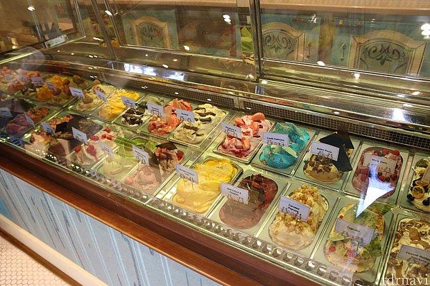カラフルなアイスクリームがたくさん並んでます