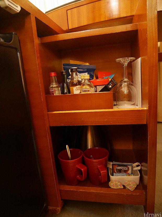 テーブル下の分かりにくいところにカップやポットがありました。