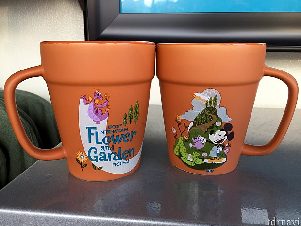 鉢植え風のマグカップは、ミッキーとその裏にはピグメント。$14.99