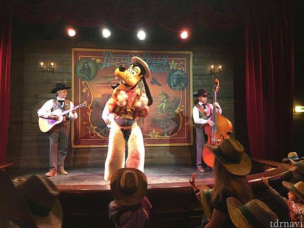 プレショーにはグーフィーとウエスタンバンドが登場します♪
