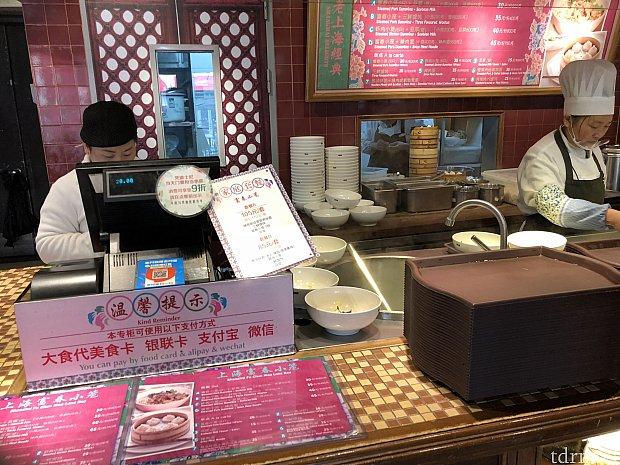 ディズニータウンの飲食エリア レジはありますが、カード・現金は使えません。 WeChat Payは使えますので、チャージしておくと便利!