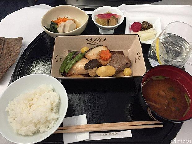 メインのお魚とお肉。お米が美味しい!