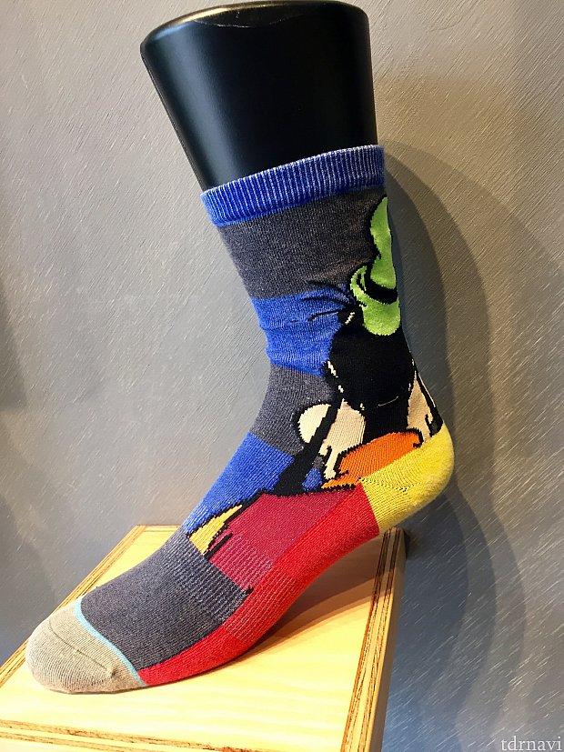 かかと側ですから、後ろ向きでも全くおかしく無いですね。カラフルで楽しいデザインです。高級靴下とアンダーウェアの専門店STANCEのレポートは如何でしたでしょうか?皆さんもユニークなディズニー靴下をご覧になりに、ショップに足を止めて見ては如何でしょうか。