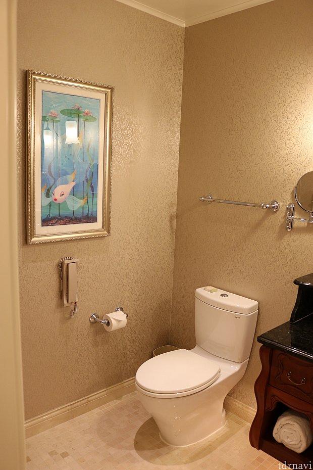 洗面台を挟んでトイレ