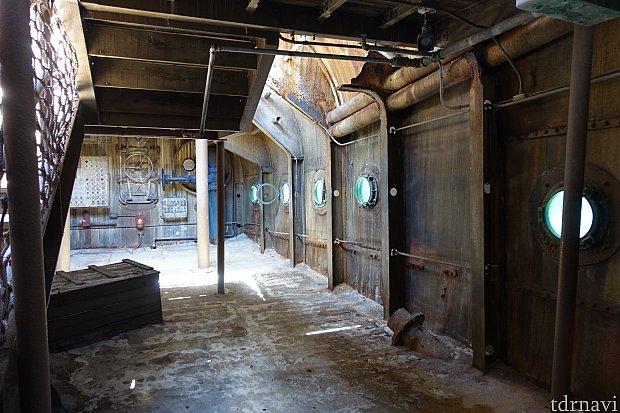 こちらが沈没船の内部。逆さになっています。ガラスの窓をのぞくと…